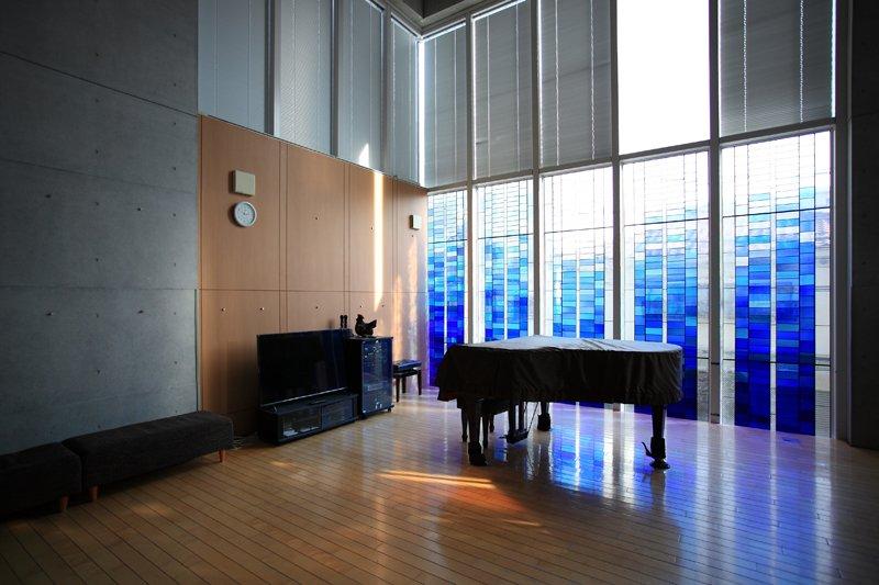 記念館二階にはピアノが備え付けられたホールも