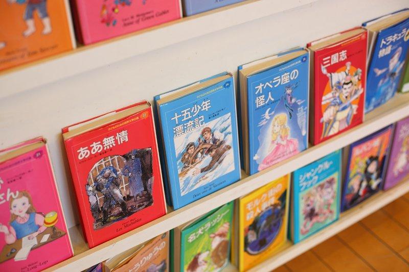 一室には世界の名作の絵本もおいてある