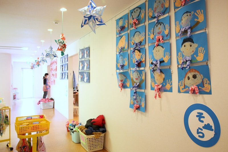 子どもたちの絵が飾られた廊下