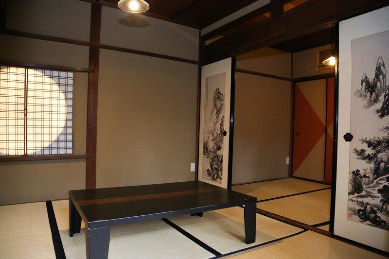 ▲丸窓やふすまなど、創建当時の風情を残す和室