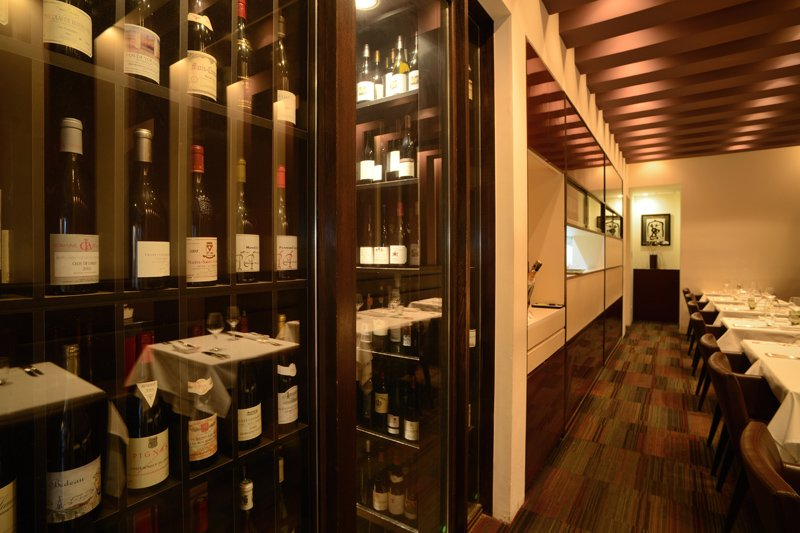 棚に並べられた様々なワイン