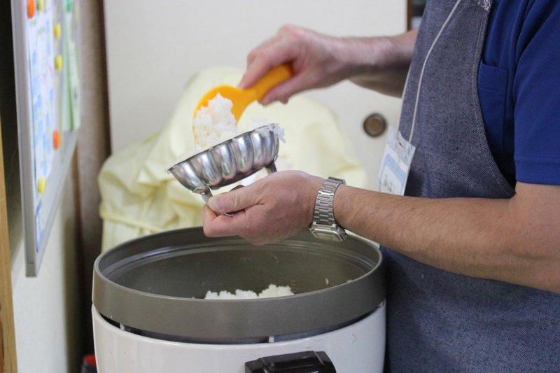 一皿ずつ丁寧にご飯を盛り付ける