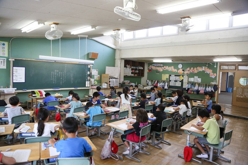 1年生の教室は、天窓から優しい光が差す教室。天井が高く、部屋もとても広い。
