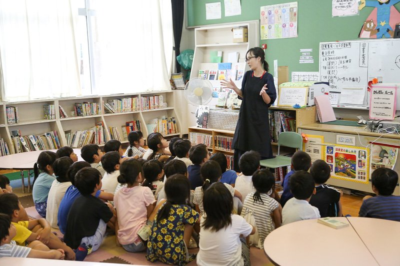 図書室での読み聞かせの授業。図書室は低学年と高学年の2つの部屋に別れている。