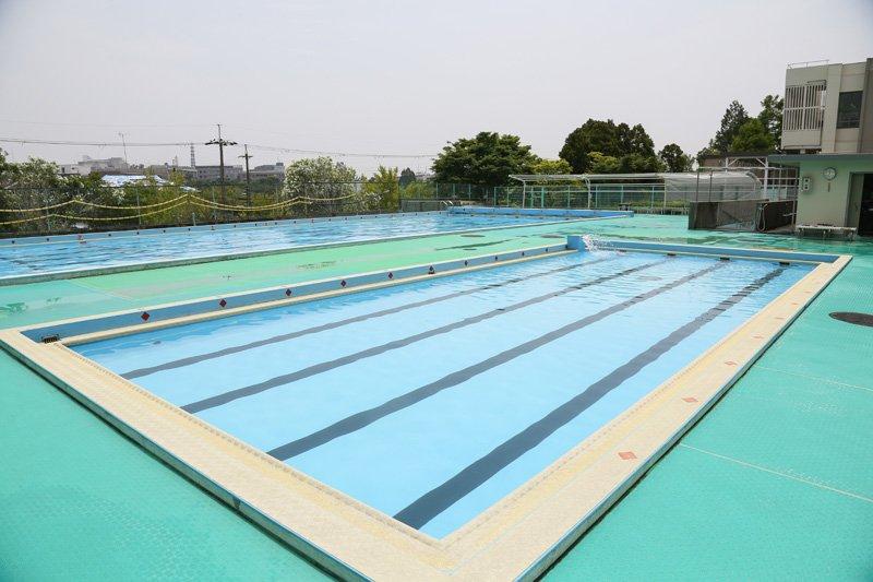 12メートルの小プールと25メートルの大プール。吹田市では「命を守る水泳」に取り組み、6年生になると臨海学習を行う学校が多く、市内の6年生の98%の子どもが平泳ぎ200メートル・クロール50メートルを泳ぐことができる。