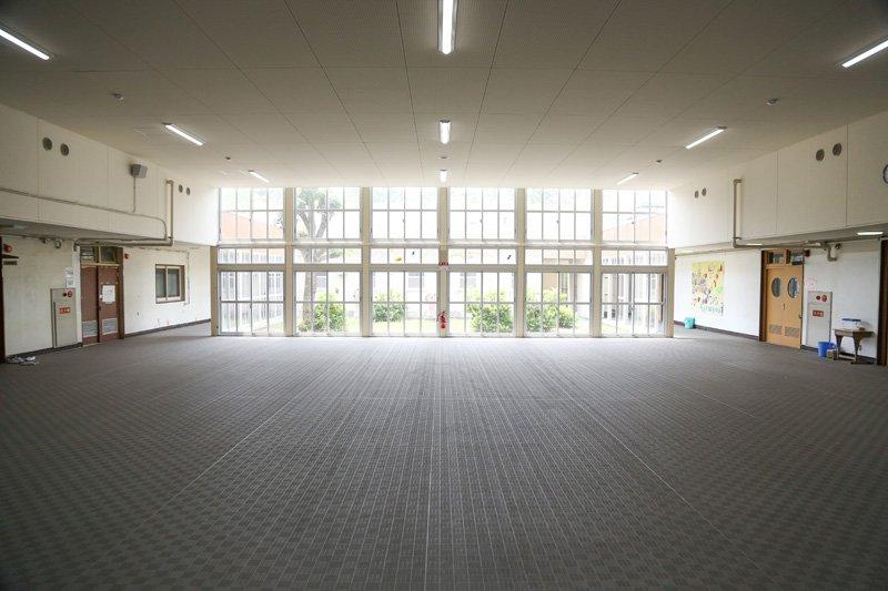広々とした1年生教室前の多目的ホール