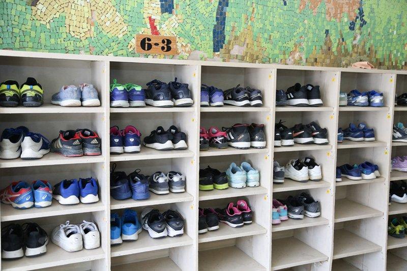 きれいに並べられた靴。子どもたちに規則正しい教えが浸透している。