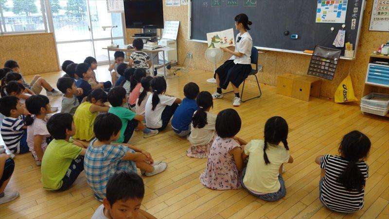 中学生による読み聞かせの様子(提供:芝園小学校)
