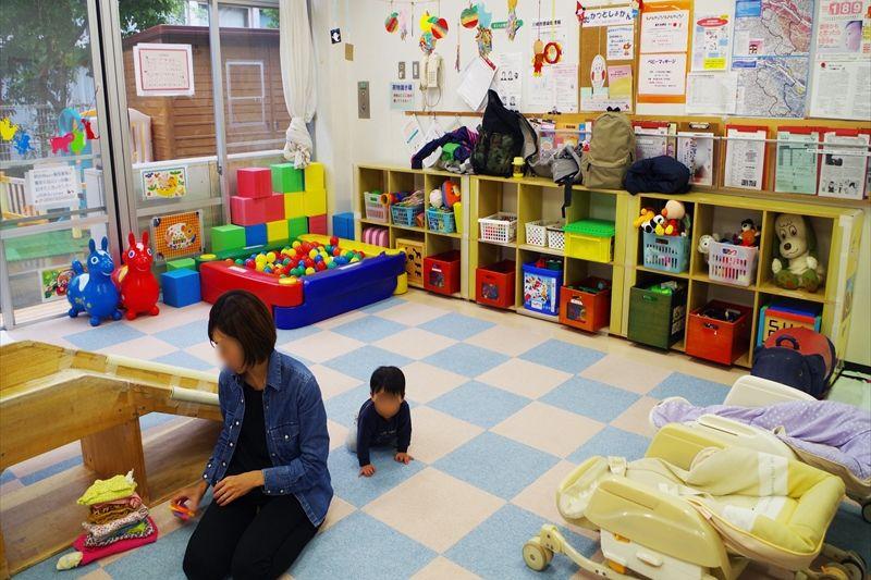 玩具や絵本、子育て雑誌もたくさんあるセンター内