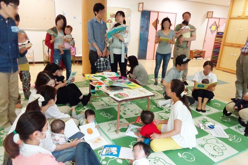 土曜日開催の際は、お父さんの参加も多い「絵本で子育て」