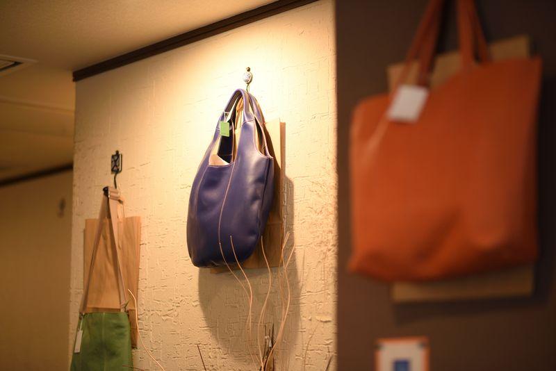 店内で展示販売されているレザーバッグ