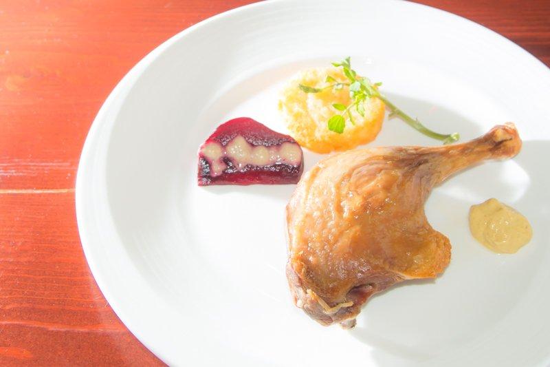 ご主人のこだわりがつまった料理。こちらは「仔鴨もも肉のコンフィ」
