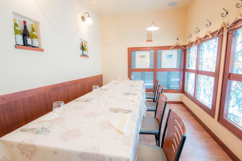 ステンドグラス風の窓が可愛らしい、2階のテーブル席。
