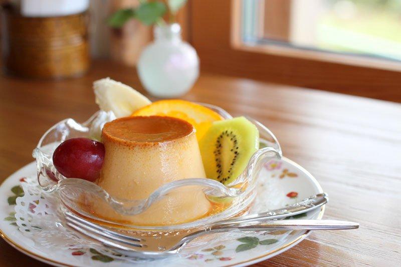近くの「坂斉養鶏場」が販売する卵を使ったプリンアラモード